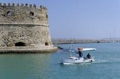 伊拉克利翁,克利特/希腊:有他们的传统渔船的渔夫在堡垒Koules前面 库存照片