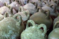 伊拉克利翁,克利特/希腊 从在伊拉克利翁海域被找到的拜占庭式的海难的Amphorae 堡垒Koules 免版税库存照片