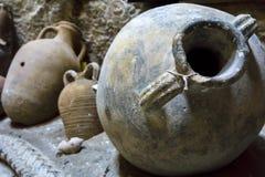 伊拉克利翁,克利特/希腊 在一个海难在伊拉克利翁海域被找到的油罐 现在位于在堡垒里面 免版税库存图片