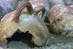 伊拉克利翁,克利特/希腊 在一个海难在tha伊拉克利翁海域被找到的油罐,现在位于在堡垒寇里面 库存照片