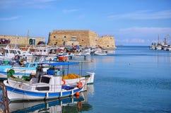 伊拉克利翁,克利特-希腊 在堡垒Koules castello前面的传统渔船在旧港口的一匹母马在Heraklio 库存图片