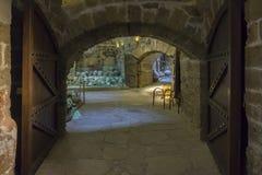 伊拉克利翁,克利特/希腊 堡垒` Koules `的内部看法 对屋子的入口有海难foundings的 免版税库存图片
