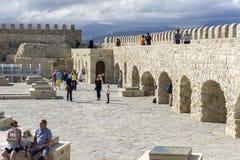 伊拉克利翁,克利特/希腊 堡垒Koules的屋顶视图有许多游人的 免版税图库摄影