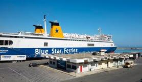 18 06 2015年;伊拉克利翁,希腊-准备好大蓝色的船离开海 免版税库存照片