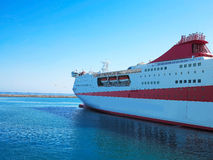 18 06 2016年伊拉克利翁,希腊 大红色游轮细节准备好f 库存图片