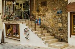 伊拉克利翁,希腊- 2017年11月:Ð 在伊拉克利翁,克利特中央街道上的纪念品店  免版税库存照片