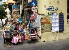 伊拉克利翁,希腊- 2017年11月:Ð 在伊拉克利翁,克利特中央街道上的纪念品店  库存照片