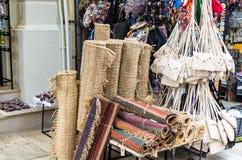 伊拉克利翁,希腊- 2017年11月:Ð 在伊拉克利翁,克利特中央街道上的纪念品店  库存图片