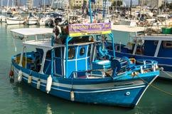 伊拉克利翁,希腊- 2017年11月:五颜六色的小船临近老堡垒,伊拉克利翁口岸,克利特 库存图片