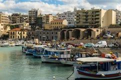 伊拉克利翁,希腊- 2017年11月:五颜六色的渔船临近老威尼斯式堡垒,伊拉克利翁口岸,克利特 库存照片