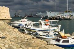 伊拉克利翁,希腊- 2017年11月:五颜六色的渔船临近老威尼斯式堡垒Koule,伊拉克利翁口岸,克利特 库存照片