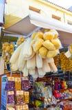 伊拉克利翁,希腊2013年9月12日 自然海海绵以及橄榄和香料和其他纪念品在一家礼品店在希腊 图库摄影