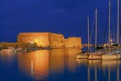 伊拉克利翁 老威尼斯式堡垒在晚上 免版税库存照片
