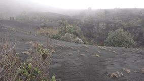 伊拉苏火山的火山口与薄雾的在哥斯达黎加 股票视频