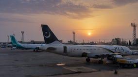 伊斯兰堡,巴基斯坦- 2018年4月8日:停放在伊斯兰堡机场的两架飞机 免版税库存照片