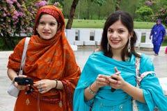 Faisal清真寺的,伊斯兰堡巴基斯坦妇女 免版税库存图片