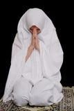 伊斯兰女孩的hijab祈祷佩带的年轻人 图库摄影