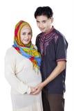 伊斯兰教怀孕女性和她的丈夫 免版税库存照片