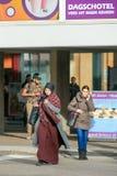 伊斯兰教的妇女在chador,提耳堡大学,荷兰穿戴了 图库摄影