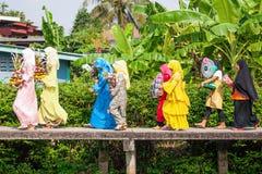 伊斯兰教的婚礼,五颜六色的服装的女傧相有陪嫁的 Tr 免版税库存图片