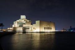 伊斯兰教的艺术美丽的博物馆在多哈,卡塔尔在晚上 库存图片