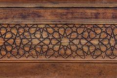 伊斯兰模式 与几何蔓藤花纹的古老伊斯兰教的装饰在木头 免版税库存照片