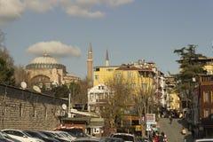 伊斯坦布尔与圣索非亚大教堂的街道视图在距离 库存照片