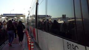 伊斯坦布尔光在Karakoy驻地与通勤者,伊斯坦布尔,土耳其的火车地铁 股票录像