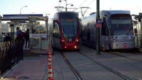 伊斯坦布尔光在Karakoy驻地与通勤者,伊斯坦布尔,土耳其的火车地铁 股票视频