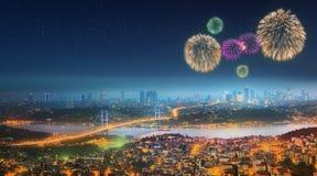 伊斯坦布尔全景在与烟花的晚上 图库摄影