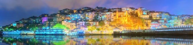 伊斯坦布尔和博斯普鲁斯海峡全景在晚上 免版税库存图片