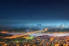 伊斯坦布尔和Bosphorus桥梁全景在晚上 图库摄影