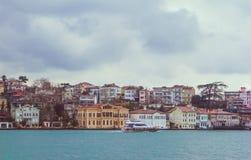 伊斯坦布尔和Bosphorus,土耳其看法  海滨人行道城内住宅 免版税库存照片