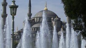 伊斯坦布尔土耳其喷泉和苏丹Ahmet清真寺 蓝色伊斯坦布尔清真寺 股票录像