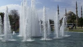 伊斯坦布尔土耳其喷泉和苏丹Ahmet清真寺 蓝色伊斯坦布尔清真寺 影视素材