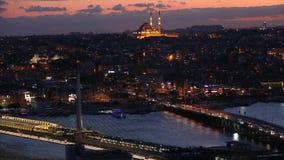 伊斯坦布尔在晚上,横跨金黄垫铁的桥梁 阿塔图尔克桥梁和金黄垫铁桥梁夜 影视素材