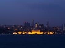 伊斯坦布尔在晚上- Dolmabahce宫殿的城市光 图库摄影