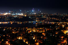 伊斯坦布尔市在晚上 免版税库存照片