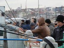 伊斯坦布尔桥梁的渔夫  免版税库存照片
