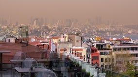 伊斯坦布尔烟雾弥漫的全景  免版税图库摄影