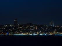 伊斯坦布尔的城市光在晚上-欧洲边 免版税库存照片