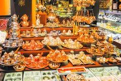 伊斯坦布尔的贸易商销售卖各种各样的物品 免版税库存照片