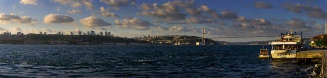 伊斯坦布尔美好的全景和欧洲亚洲桥梁和一个小港口 库存图片