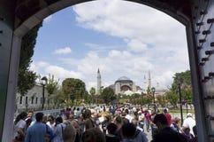 伊斯坦布尔蓝色清真寺的游人  库存照片