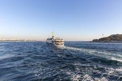 伊斯坦布尔都市风景在从轮渡采取的白天土耳其 免版税库存图片
