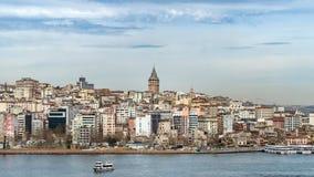 伊斯坦布尔都市风景在有加拉塔塔的, 14世纪城市地标土耳其在中部 库存图片