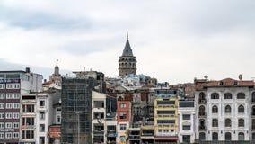 伊斯坦布尔都市风景在有加拉塔塔的, 14世纪城市地标土耳其在中部 免版税库存图片
