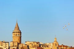 伊斯坦布尔都市风景在有加拉塔塔的, 14世纪城市地标土耳其在中部 库存照片