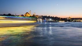 伊斯坦布尔都市风景Timelapse视图与Suleymaniye清真寺的有游人的在晚上运输漂浮在Bosphorus 股票视频