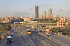 伊斯坦布尔附近的Uzuncayir Metrobus驻地都市风景  免版税库存图片